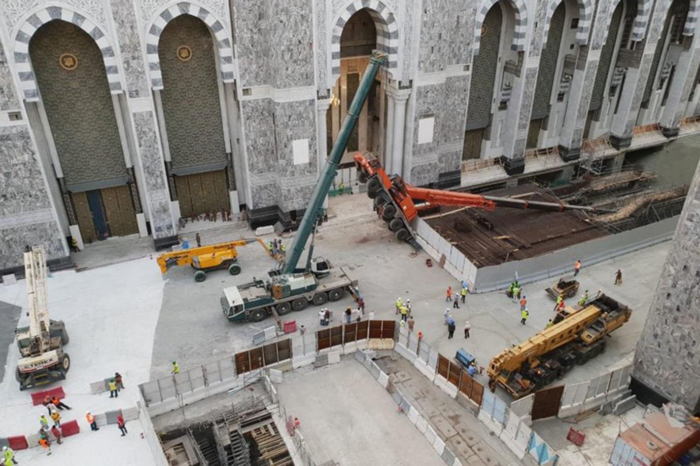 Crane Collapses Near Makkah Grand Mosque